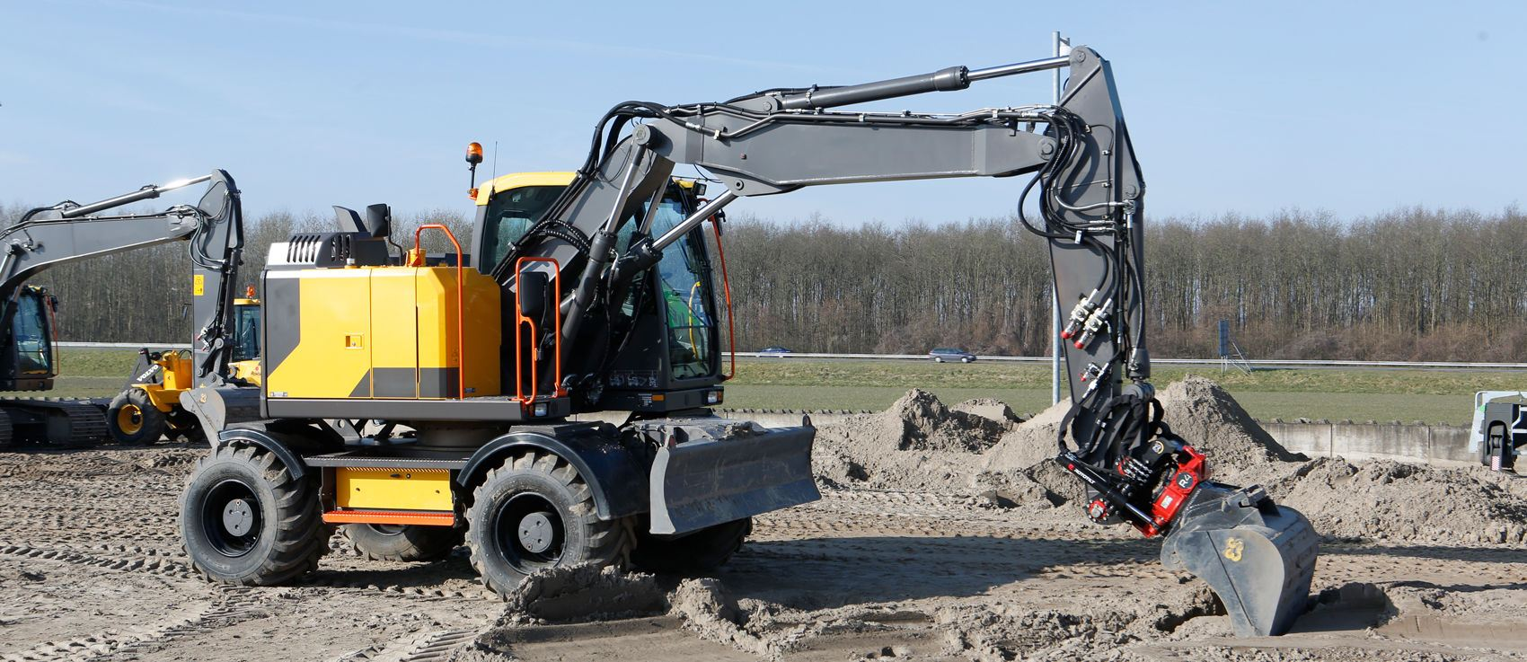 compact-wheeled-excavator-eqiupped-with-a-tilt-rotator.jpg