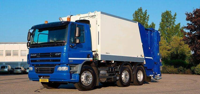 Garbage collecting truck with Twin automatic lubrication system